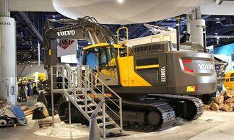 Dagen før Conexpo åpner, var det hektisk aktivitet rundt den nye maskinen for å få alt klart på Volvos stand i Las Vegas Convention Center.