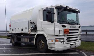 Tankbil med overlast måtte vente på en annen tankbil for å tappe av for mye last i kontrollen 6. mai.