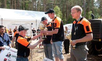 Verdensmester Tobias Sletten mottar pokal av Lars Göran Göransson. Nærmest står tidligere verdensmester Martin Svensson som ble nummer tre. Tyske Günther Weisman tok sølvet.