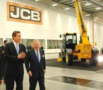Statsministeren var tydelig imponert over den nye maskinfabrikken.
