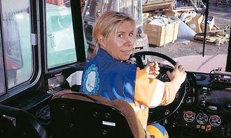 Birgitte Hatlevik fra Sandefjord tok kantine og vaskejobb i Svea, men har tatt lastebilsertifikat i Nordreisa og kjører idag både bussen og dumperne.