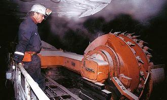 Kullbrytingen skjer ved installasjon av en 250 meter lang Longwallmaskin med to fresehoder som beveger seg på skinner og freser ut 80 cm kull i full høyde på 3,6 meter.