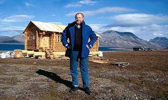 """Pensjonisten"""" Robert Hermansen (om 5 år) har sikret seg et skikkelig krypinn i russisk laftetømmer hentet fra Barentsburg. Hytta er reist like ved flyplassen i Longyearbyen."""