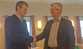 Et hjertelig håndtrykk mellom Torbjørn Sellæg, daglig leder i Brønnøy Kalk AS (t.v.), og Ole Tor Oleivsgard, adm. direktør i T. Engene AS, etter signering av kontrakten om videre transport av kalkstein.
