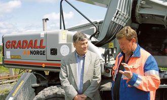 Maskinentreprenør Sverre Greaker (t.h.)i samtale med Roger E. Mason som har vært ansatt hos Gradall siden 1972 og har markedsansvaret for Europa og Midtøsten. I slutten av mai besøkte han maskinentreprenør Greaker i Hobøl.