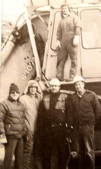 «Inspeksjonsmannskap» på besøk hos Fjordstein for å se på Brøyt X42 i arbeid. Foran fra venstre: Knut Henni, Volvo BM, Arnulf Søyland og Jan Olov Nilsson, Brøyt A/S, overstiger Arne Andersen og maskinfører Jonas Barstad.
