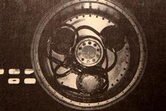 Nærmest sensasjonelt vil noen si om mulighetene for å få en Brøyt X42 med fremdrift. Det er muliggjort ved å montere tre små Poclain-konstruerte hydrauliske motorer inne i det store jernhjulet. De står fast montert på akselen og driver tanndriftsskiven på hjulet. Oljestrømmen er omdirigert til en styreenhet som sitter på ramma, og hjulene kan styres individuelt.
