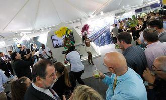 MANGE MENNESKER: Det møtte mange frem for å se på showet på slutten av konferansedagen tirsdag 13. mai. Man ble også tilbudt en lokal Caipirinha, brasiliansk drink, under danseshowet.