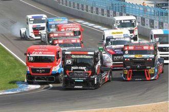 Tett kjøring, svidde dekk og hyppige sammenstøt gjør Truck Race spektakulært og publikumsvennlig.