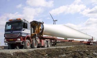 Et 40 meter langt rotorblad transporteres sakte og trygt på vindparkens supre anleggsveier.