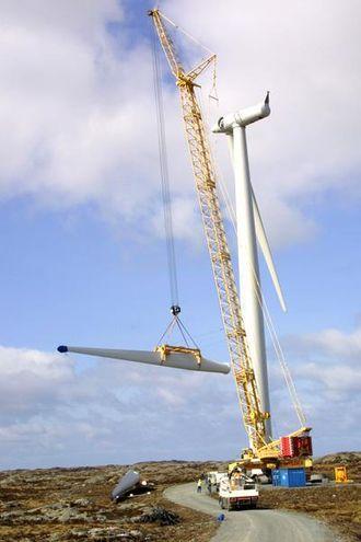 Rotorbladet på 9,3 tonn bringes til værs av den store Liebherr-kranen.