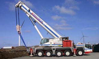 En Terex Demag AC200-1 på 200 tonn fra Kristiansund Kranservice AS er leid inn for de «lettere» løftene.