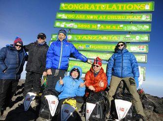 Med på toppen av Kilimanjaro var, fra venstre: Inger Jensen, Kjell Lintho, Gøran Faugli, Sissel Lintho, John Lintho og Eva Lintho.
