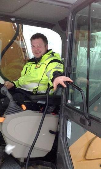 Maskinfører Thomas Rostad styrer gravemaskinen kun med den venstre styrespaken.