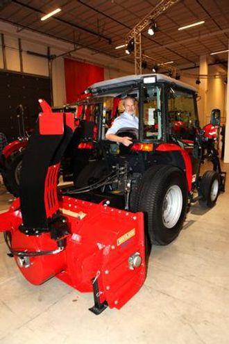 Produktsjef Ole Jakob Rustad i en av de mindre traktorene på utstillingen, en Massey Ferguson 1540. Traktoren, utstyrt med en Westbjørn 3118 ET, er godt verktøy når det skal ryddes snø på trange plasser.