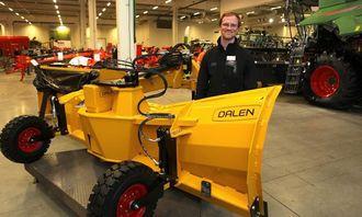 Markedskoordinator Daniel Øpstad fra Lid Jarnindustri AS var på utstillingen for å vise frem Dalen-produkter. Dalen 2022 har hydraulisk skjærvending, og kan også fås med hydraulisk høydejustering av støttehjul. Hydraulikken er beskyttet med sjokkventiler.