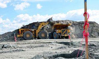 Store maskiner i aksjon i Tapuli-gruven. Hjullasteren Cat 994H er den største Caterpillar Inc. produserer. Den har en egenvekt på 195,4 tonn, uten kjetting på hjulene. Kjettingene veier til sammen 16 tonn.