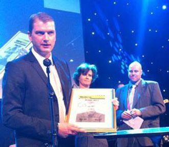 Knut Sollund har nettopp mottatt Moderne Transport-prisen. I bakgrunn juryleder Eirill Bø og redaktør Glenn Lund.