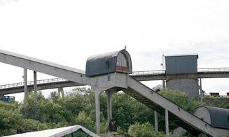 De gamle transportbåndene ruver over Kirkenes, her sett fra kaiområdet hvor konsentrert malm snart skal skipes ut.