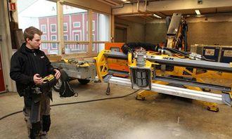 Konstruktør og operatør Mikeal Hogby er hentet fra fabrikken for å prøvekjøre den første maskinen.