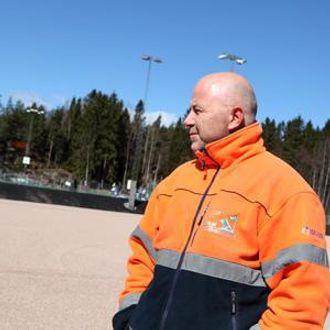 Daglig leder Jo Pedersen følger med på at sloddingen går i henhold til planen.