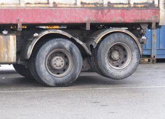 Boggi med nordisk akselløft. Hvis boggilasten er 18 tonn og akselen løftes, vil all last komme på drivakselen pluss noe som overføres fra foraksel. Drivakselen får altså en aksellast på over 18 tonn, mens tillatt aksellast på en drivaksel er 11,5 tonn.
