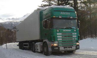 Typisk problem-kombinasjon på norske vinterveier, toakslet trekkvogn med treakslet semitrailer. Det hjelper noe hvis man kan løfte fremre aksel på trippelboggien og dermed overføre noe vekt til drivakselen. (Foto fra SINTEF-rapport)
