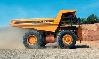 Euclid R90C er nylig oppgradert med en nyttelastøkning fra 94,5 tonn til 100 tonn og bruttomaskinvekt fra 149,7 til 155 tonn. Trucken drives av Cummins-motoren KT38-C på 690 kW (925 hk), og om det ikke er nok, finnes det også en 1050-hester på lager. Gearkassa er Allisons med elektronisk styring (CEC).