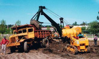 Euclid hevder at det fremdeles går trucker fra 30-årene. Denne med tredelt rute er fra tiden hvor Ruston Bycyrus fremdeles var i fremste rekke blant wiregravemaskinene og International var å regne med på dozermarkedet.