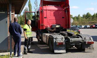 Kontrolleder Uno Rogneby med den polske sjåføren. I trekkbilen sitter senioringeniør i Statens vegvesen, Johnny Bjørsrud.