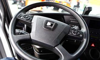 Rattet avslører at man sitter i en Sisu, og ikke en Mercedes-Benz.