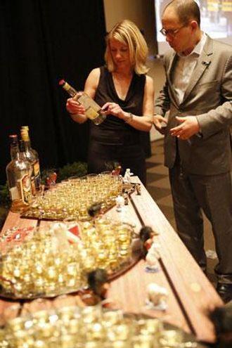 AKEVITT: I det norske hjørnet i festsalen ble det - selvfølgelig - servert akevitt. Her er Heidi Berg i diskusjon om den norske drikken.