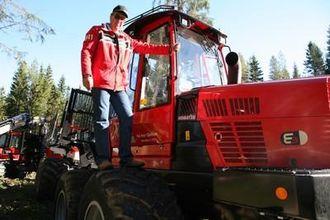 Salgssjef Erik Øverbø i Komatsu Forest hadde med seg nye lassbærere til Hurdagene.