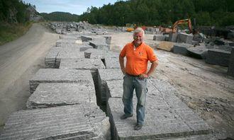 Torger Lingelem i Rocks of Norway gleder seg over ny avtale med Lundhs AS om leveranse av overskuddsstein fra larvikitt-bruddet i Malerød. Avtalen gir selskapet mulighet til å investere i ny steindelemaskin.