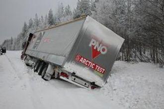 Forskjellen på gode og dårlige vinterdekk kan bety mye for en lastebileier. Denne utforkjøringen fant sted under Arctic Test.