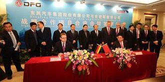 Schmitz Cargobulls toppsjef Ulrich Schümer (til venstre foran) og Zhu Fushou, generaldirektør i Dongfeng og høyt oppe i kommunistpartiet, undertegner avtalen om Joint Venture for produksjon av semitrailere. Bakteppet er styremedlemmer i de to selskapene.