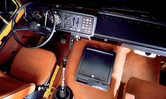 1970-tallet: Stadig lengre fraktavstander førte til førerkomfort som ligner det vi ser i dagens lastebiler. Dashbordet er laget av myk svart plast for å gi en luksuriøs følelse og gi støtbeskyttelse. Bryterne er større og symboler markerer funksjonene. Midtkonsollen gjør sin entré. Det er praktisk med ekstra oppbevaringsrom, men det blir samtidig vanskeligere å bevege seg rundt i førerhuset.