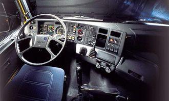 1980-tallet: Nå skjedde det store forandringer. Spesielt når 3-serien ble introdusert med vinklet dashbord som Scania ble kjent for. Det ble mer komfortabelt å kjøre Scania på 80-tallet, med mer støtte i setene, tilt-ratt og mye mer mykplast.