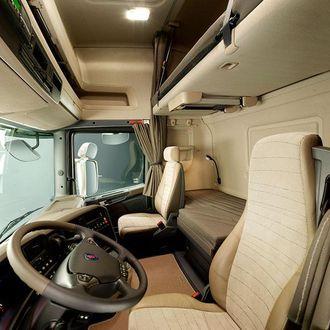 2013: Tekstiler og mykplast gir et godt førermiljø. Det bøyde dashbordet holder alt innen rekkevidde før sjåføren. Flere funksjoner er bygget inn i rattet. Det er lettere å bevege seg rundt i førerhuset.