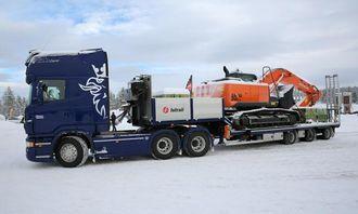 Scania R730 LA6X4NHB med maskinslep fra Istrail og Hitachi gravemaskin fra Nasta på hengeren.