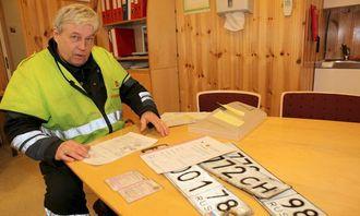 Avdelingsingeniør Aage Kristiansen i Statens vegvesen ble nødt til å ta skiltene fra en russisk trekkbil med semihenger i håp om at sjåføren da ville overholde kjøreforbudet, etter først å ha stukket av en gang...