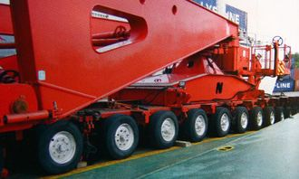 Hver av de to hengerdelene bemannes av to personer og er utstyrt med en egen dieselmotor for drift av hydraulikkanlegget.
