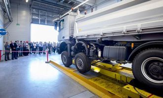 I Georg Weibergs «torturkammer» blir lastebilene utsatt for enorme påkjenninger før de settes i produksjon.