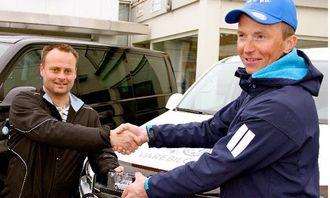 En Amarok modellbil som symbol på en plass i finalen ble overrakt til Altas beste varebilsjåfør Robin Henriksen av salgssjef Morten Haddal Alta Motor.