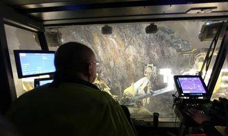 Tunnelbas Tommy Karlsson i førerhuset på boreriggen, en Atlas Copco XE3.