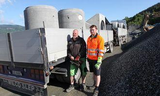 Transportleder Kay Lien i Loe Rørprodukter AS (t.h.) sørger for at 150 tonn betongvarer blir hentet i dag. Nikkerud Transport og Kranservice står for transporten. Sjåfør er Bjørn Thore Kristiansen.