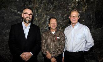 Geir Atle Stormbringer (NVM) og Jan Rohde (NFSM) sammen med personalsjef Finn Nesvold fra maskingiver Titania.