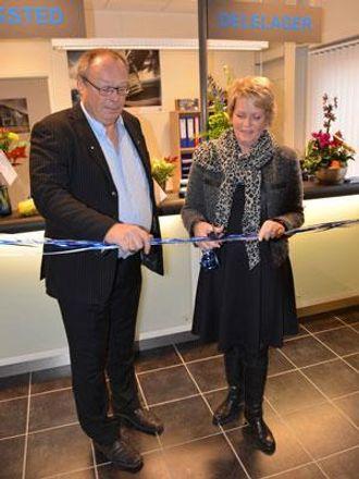 Fauskes ordfører Siv Anita Brekke og avdelingsleder Paul Mellem foretar snorklippingen for det nye Volvo-anlegget.