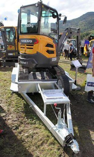 Med bredde på 1,55 m er ECR25D smal nok til å fraktes på en bilhenger.