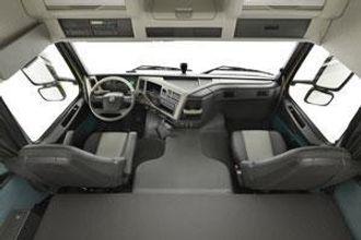 FM-serien kan leveres med høyt førerhus, og da får man store skap over frontruten med på kjøpet.